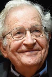 Chomsky: «Tenemos poco tiempo para decidir si la vida humana sobrevivirá gracias a payasos sociópatas»